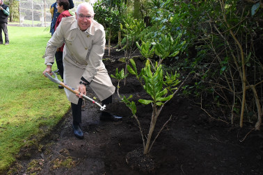 Image of Sir Stephen Tindall, Patron of Trees That Count helping out with the tree planting