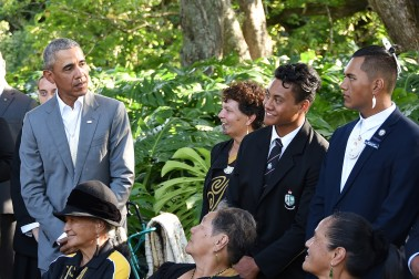 Image of Barack Obama  chatting with young members of Ngāti Whātua