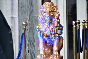 Auckland Grammar's symbolic lion bedecked for the evening cocktail party