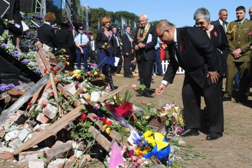 The Governor-General places a flower tribute