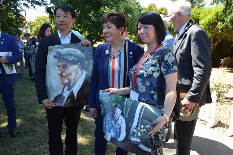 an image of Chinese delegation members presented images of Rewi Alley to Dame Patsy