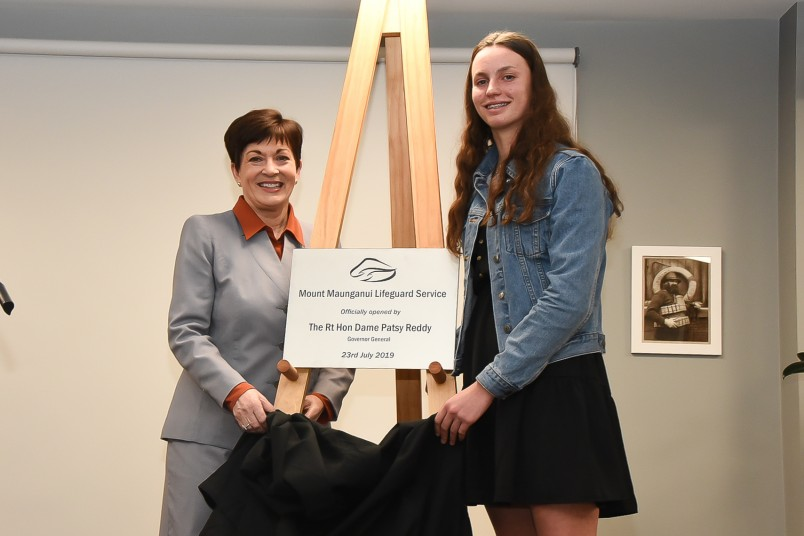 Image of Surf Lifeguard Olive Pearce and Dame Patsy unveiling the plaque