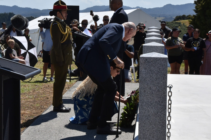 Image of Dame Patsy and Sir David laying a wreath at the Te Ruapekapeka commemoration