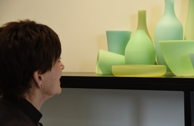 Image of Dame Patsy viewing glass art by Wendy Fairclough