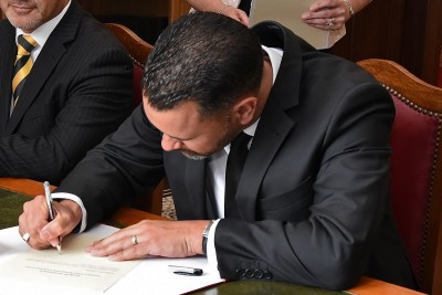 Image of Judge Miharo Armstrong signing the oaths