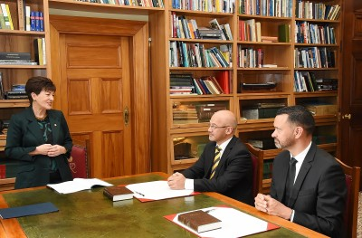 Image of Dame Patsy speaking to Chief Justice of Niue, Judge Craig Coxhead and Judge Miharo Armstrong