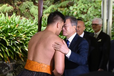 Image of a hongi with the President of the Republic of Korea