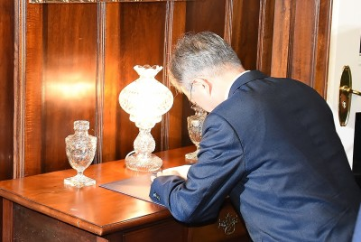 Image of the President of the Republic of Korea signing the Visitor Book