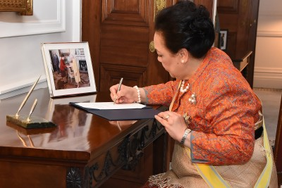 Image of Queen Nanasipau'u signing the Visitor Book