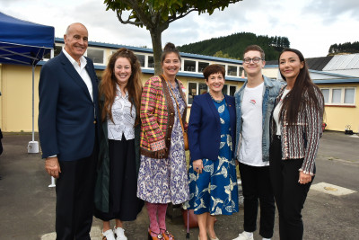 Dame Patsy and Sir David with Julie Nevett and family