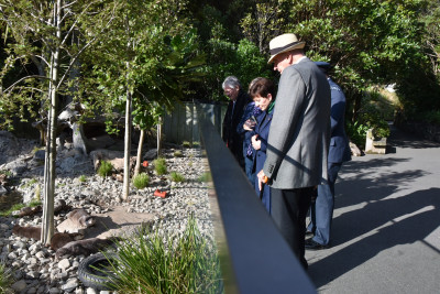 Dame Patsy Reddy and Sir David Gascoigne looking at otters