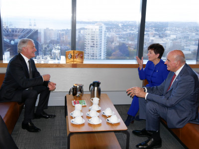 Image of Dame Patsy and Sir David chatting with Auckland City Mayor, Phil Goff