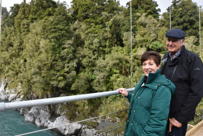 Image of Dame Patsy and Sir David on the Hokitika Gorge track
