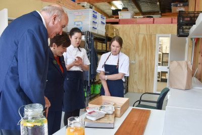 Dame Patsy Reddy, Sir David Gascoigne looking at Eat a Rainbow meals