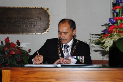 The Governor-General, Lt Gen the Rt Hon Sir Jerry Mateparae, signs the Visitor's Book at the National War Memorial.