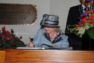 Lady Janine Mateparae signs the Visitor's Book at the National War Memorial.